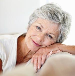 Rentnerin schaut nett in die Kamera